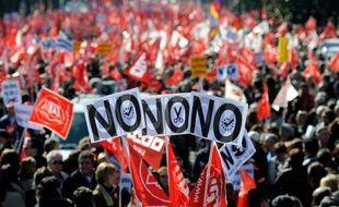 Des milliers de personnes ont manifesté dimanche dans les rues de Madrid à l'appel des syndicats, contre la réforme du travail mise en place par le gouvernement de droite pour lutter contre le chômage, test de la mobilisation avant une grève générale prévue le 29 mars.
