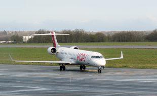 Un avion de la compagnie Hop sur la piste de l'aéroport de Rennes Saint-Jacques.
