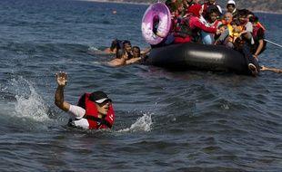 Une embarcation de migrants arrive sur l'île grecque de Lesbos le 11 septembre 2015.