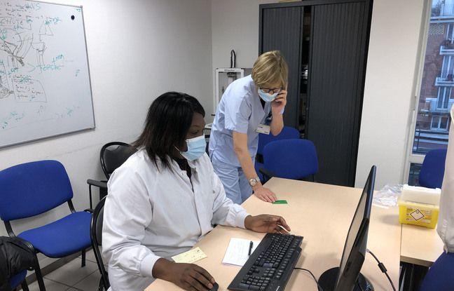 Juste après l'injection, une cadre de l'hôpital remplit le formulaire de SI Vaccin Covid, qui assure la traçabilité des doses.