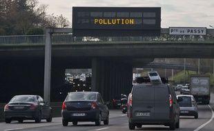 Des véhicules circulent sur le périphérique parisien, le 16 décembre 2016, alors qu'un pic de pollution s'est déclaré.