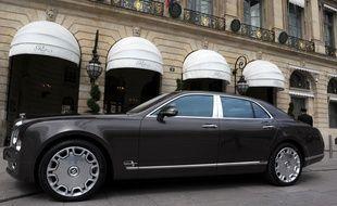 Une voiture de luxe devant une boutique de luxe à Paris. (Illustration)