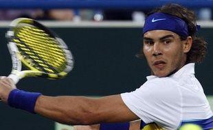 Pour cette année 2009, Rafael Nadal délaisse son patacourt et opte pour un polo jaune du plus bel effet. Son regard est en revanche toujours aussi déterminé, comme face à Nikolaï Davydenko lors d'un tournoi d'exhibition à Abu Dhabi, le 2 janvier 2009.