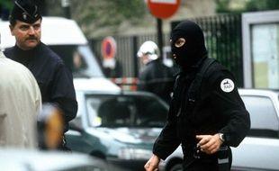 Un policier du RAID lors de la prise d'otages à l'école maternelle Charcot, par Erick Schmitt, surnomme «HB» (Human Bomb), le 13 mai 1993.