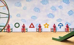 Dans Squid Game, les décors enfantins sont le théâtre de massacres.