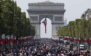 La foule commence à affluer ce lundi vers 15h sur les Champs Elysées avant l'arrivée des Bleus qui ne devraient pas défiler avant 18h, avec une heure de retard sur le programme.