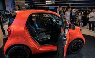 Une voiture électrique Smart « Fortwo » exposée sur le stand Mercedes au salon automobile de Pékin, le 24 avril 2016.