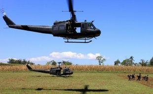 Des soldats philippins marchent près de champs de maïs, après avoir été déployés par un hélicoptère de l'armée, à Butig, sur l'île de Mindanao au sud des Philippines, le 26 février 2016