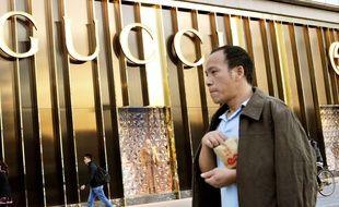 Illustration d'un Chinois devant une enseigne de luxe à Pékin, le 5 novembre 2014.