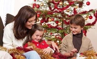 Une famille au moment de Noël.