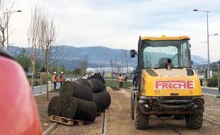 Des ouvriers posent de la pelouse sur le chantier de la ligne 3 du tramway de Nice, le 2 avril 2019, à quelques mètres du stade Allianz Riviera