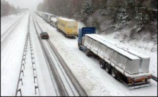 80.000 foyers encore sans électricité, une circulation sur routes et autoroutes toujours difficile, des aéroports fortement perturbés, une alerte météo orange jusqu'à jeudi dans l'ouest : les premières neiges continuaient mercredi à la mi-journée de semer la pagaille dans l'Hexagone.