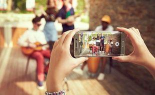 Le Samsung Galaxy S6 edge+ est équipé de capteurs de 16 et 5 mégapixels.