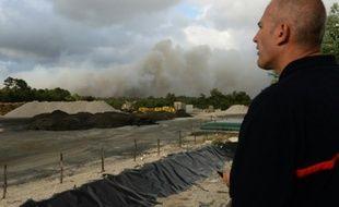 Un pompier observe la fumée dégagée par un incendie de forêt le 24 juillet 2015 près de Saint-Jean d'Illac, à 20 km de Bordeaux