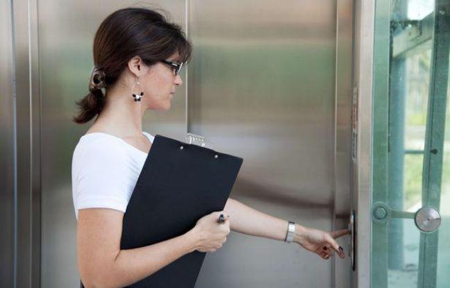 648x415 illustration femme appelant ascenseur