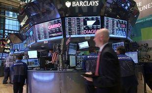 Wall Street s'affichait en nette baisse lundi à l'ouverture, plombée par le prolongement de la paralysie de l'Etat fédéral américain alors qu'aucune avancée n'a été obtenue sur le budget au cours du week-end: le Dow Jones abandonnait 0,80% et le Nasdaq 0,57%.