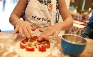 S'aguerrir aux techniques culinaires, c'est l'une des activités possibles durant les vacances.