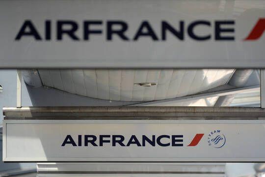 Alors que le groupe reçoit des milliards d'euros d'aides pour sortir de la crise, le patron de Air France s'est vu accorder un bonus de 2 millions d'euros en plus de son salaire.