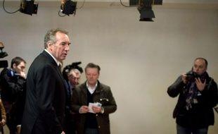 """Le candidat centriste François Bayrou a répondu mercredi aux """"appels du pied"""" de Nicolas Sarkozy, qui a cité son nom et repris des propositions chères aux centristes mardi soir sur France2, en assurant qu'il ne dévierait pas """"d'un millimètre de la ligne qu'il s'est fixée"""""""