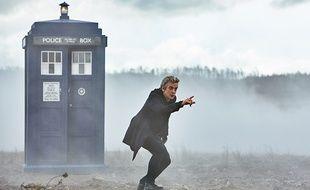 Peter Capaldi, devant le Tardis, dans la saison 9 de «Doctor Who».