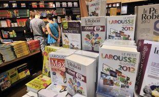 Dictionnaires alignés dans le rayon d'une librairie le 19 août 2010 à Marseille