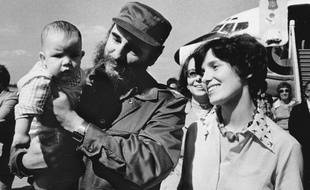 Margaret Trudeau aux côtés de Fidel Castro portant dans ses bras Michel, le frère cadet de Justin Trudeau le 26 janvier 1976.