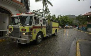 Les pompiers en alerte avant l'arrivée de l'ouragan Patricia à in Puerto Vallarta au Mexique, le 23 octobre 2015