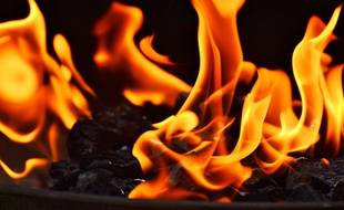 Un barbecue au charbon de bois incandescent. Illustration