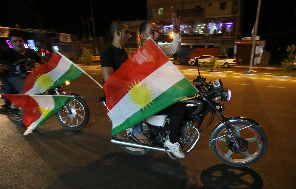 Des motards brandissent des drapeaux kurdes dans la ville irakienne de Kirkouk, le 24 septembre 2017. – AHMAD AL-RUBAYE / AFP