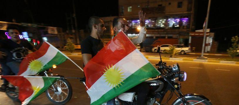 Des motards brandissent des drapeaux kurdes dans la ville irakienne de Kirkouk, le 24 septembre 2017.