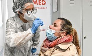 Un test de dépistage virologique du Covid-19, à la gare Saint-Jean à Bordeaux, le 12 novembre 2020.
