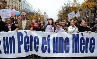 """Le collectif organisateur des """"manifs pour tous"""", qui appelle à de nouvelles manifestations contre le mariage homosexuel samedi dans plusieurs villes de province, a adressé samedi à ses militants une série de """"consignes"""" destinées à encadrer les défilés."""