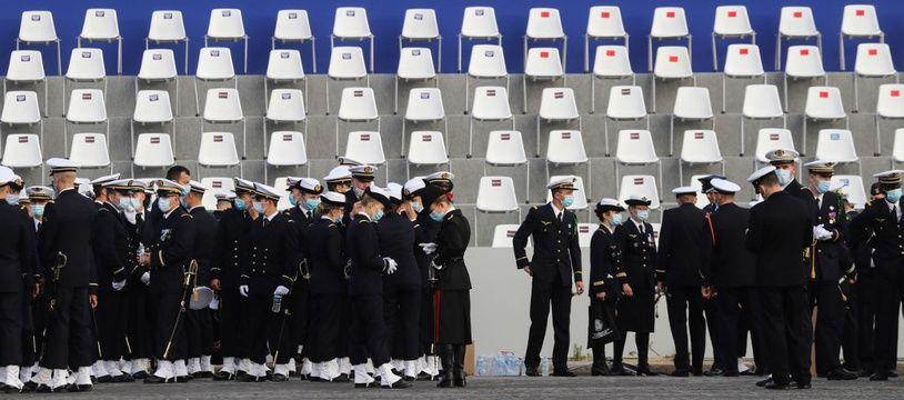 Des officiers de la Marine nationale attendent les premières cérémonies sur la place de la Bastille à Paris, le 14 juillet 2020.