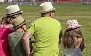 Une petite famille qui pourrait très bien être branchée «headwear».
