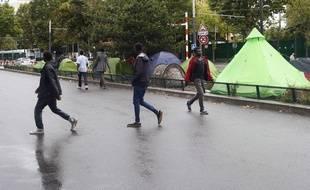 Des migrants dans le quartier de La Chapelle, à la limite nord de la ville, à Paris, France, le jeudi 17 août 2017. AP Photo/Francois Mori