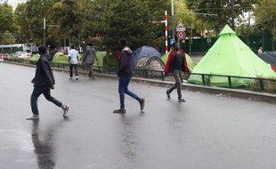 Des migrants mineurs dans le quartier de La Chapelle, à la limite nord de la ville, à Paris.
