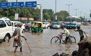 L'Inde a mobilisé l'armée pour venir en aide aux victimes des inondations provoquée par la mousson dans le nord du pays où un millier de personnes pourrait avoir péri dans les intempéries qui ont emporté maisons, ponts et routes.