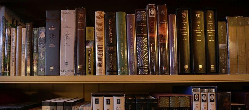 On doit à Christopher Tolkien la publication des manuscrits de son père.