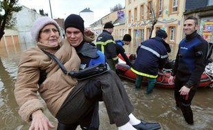 Une vieille dame est secourue par les pompiers à Cherbourg après les violentes inondations du 5 décembre 2010.