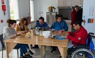 Bénévoles valides et résidents handicapés de la maison Symon de Cyrène de Rungis participent à un atelier cuisine.