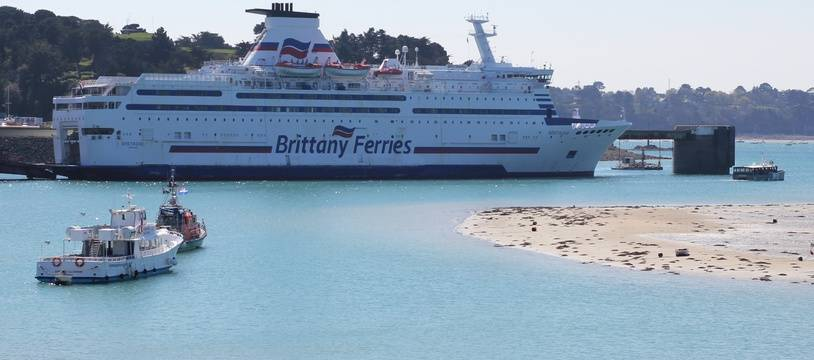 Un navire de la Brittany Ferries, ici en escale entre Saint-Malo et Dinard.