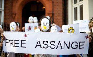 """Des manifestants avec des pancartes (libérez Assange) """" Free Assange"""" le 31 juillet 2018 devant l'ambassade d'Equateur à Londres, où Julian Assange est réfugié depuis 2012."""