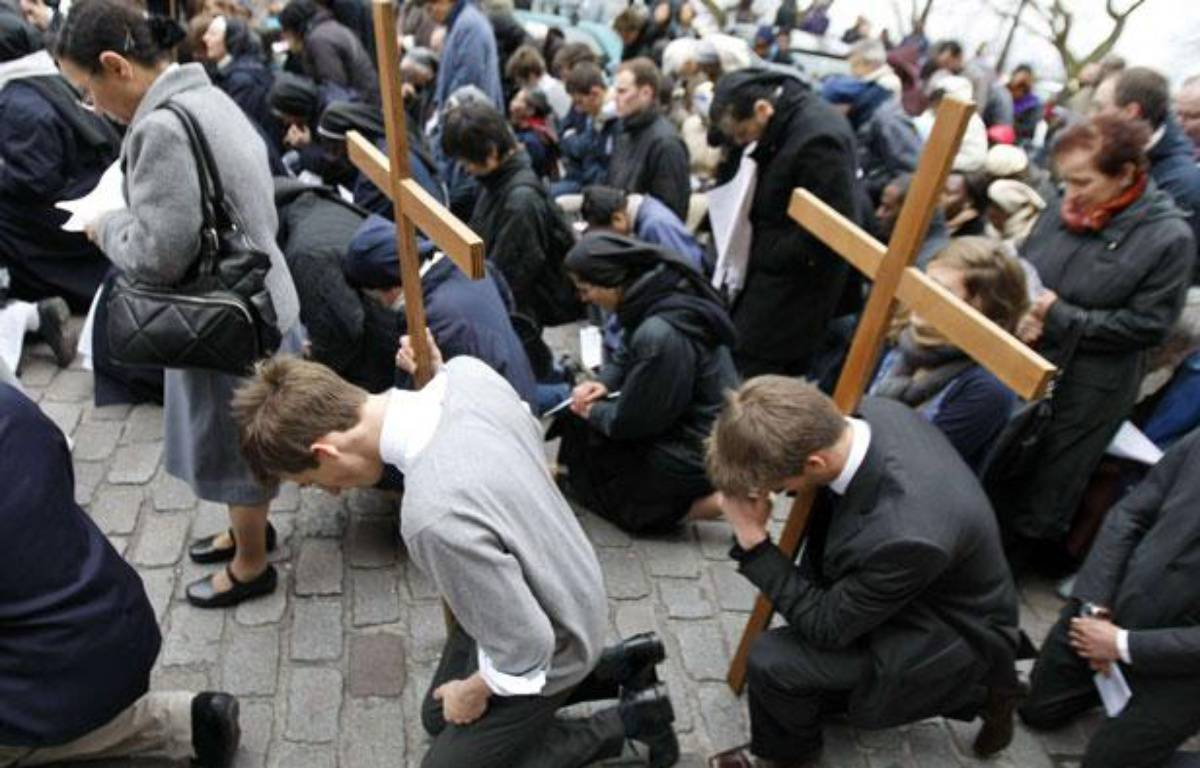 Des catholiques portent une croix lors de la traditionnelle procession à la basilique Montmartre. (2 avril 2009) – F.MORI/AP/SIPA