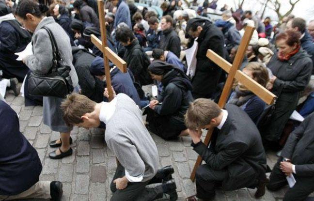 Des catholiques portent une croix lors de la traditionnelle procession à la basilique Montmartre. (2 avril 2009)