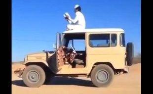 En Arabie Saoudite, la dernière lubie consiste à se mettre en scène sur le toit de sa voiture, qui roule sans conducteur.
