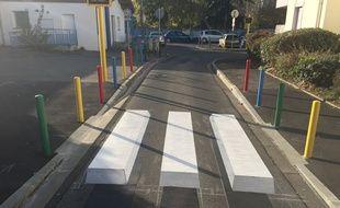 Le premier passage piéton en 3D expérimenté par la Ville de Toulouse se trouve devant l'école élémentaire Elsa-Triolet, au Mirail.