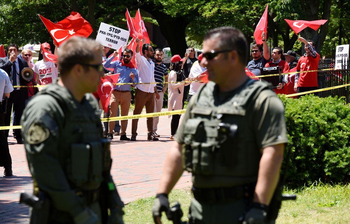 Des supporters d'Ergan protestent devant la Maison Blanche contre les opposants kurdes, lors de la visite d'Erdogan à Donald Trump à Washington, le 17 mai 2017.   – Olivier Douliery / AFP