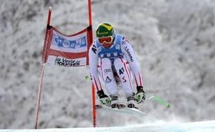Klaus Kröll a exploité au centième près sa science de la glisse pour remporter vendredi la première descente de Chamonix (Alpes françaises), sa quatrième victoire en Coupe du monde de ski alpin, et offrir à l'Autriche le premier succès de la saison dans la discipline reine.