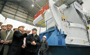 Le ministre Eric Besson a visité hier l'usine d'assemblage d'Alstom, candidat à la production d'éoliennes maritimes.
