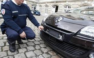 Lille, le 15 avril 2013. Présentation de la nouvelle voiture de police banalisée, une Renault Megane marron, équipée d'un radar embarqué indétectable avec un système de flash infra-rouge. Le radar est derrière la plaque d'immatriculation avant, le flash est au-dessous et l'appareil photo est sur le tableau de bord.